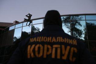 Заблоковано вхід до бази Нацкорпусу в Києві. Опубліковане відео зсередини