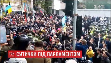 На площади Конституции митингующие устанавливают палатки и ждут заседания ВРУ