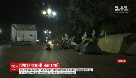 Потасовка с правоохранителями и песни под баян: как прошла ночь в палаточном городке возле ВР