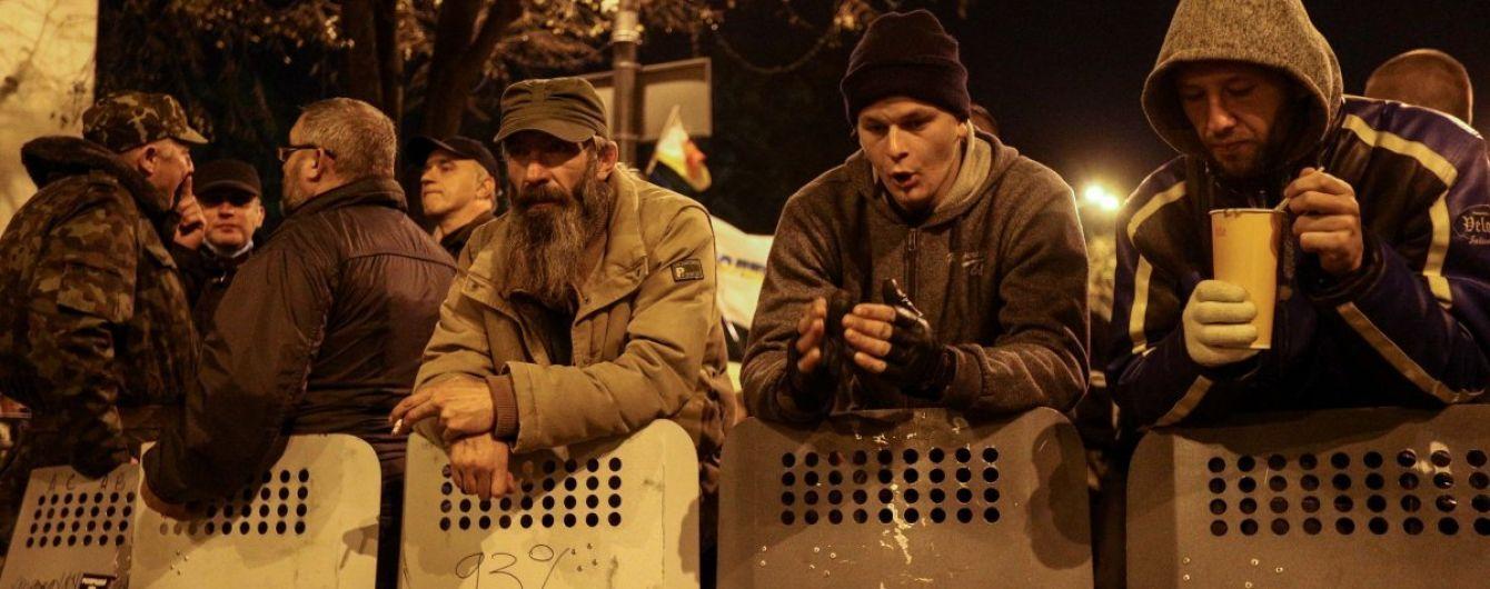 Протест возле Рады: активисты убирают и ждут положительного голосования в парламенте