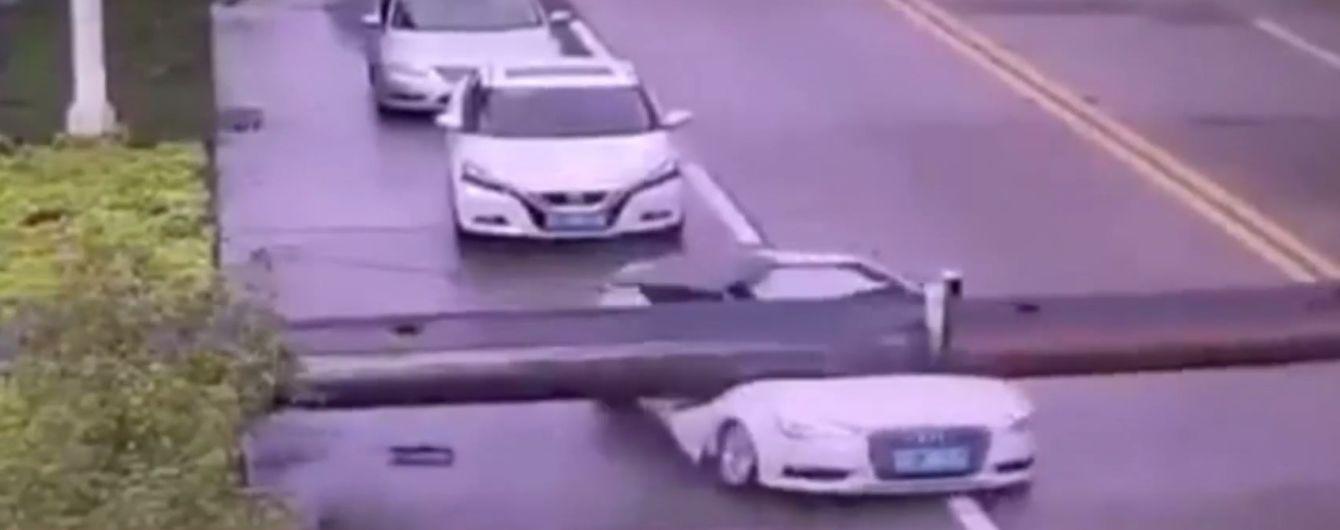 Дивовижний порятунок: у Китаї водій сам виліз із авто, яке розчавив будівельний кран