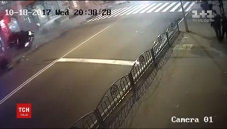 В Сети появилось видео с кадрами ночного ДТП в Харькове