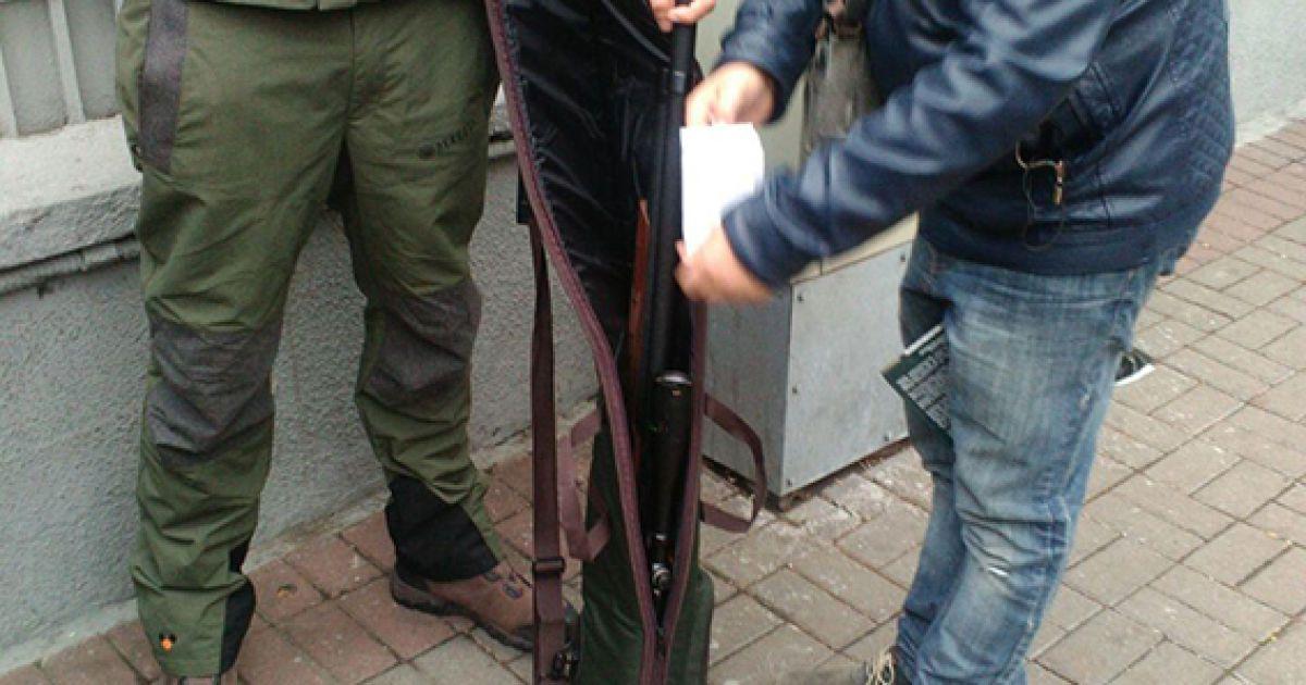 Затриманого везуть до поліції для встановлення особи