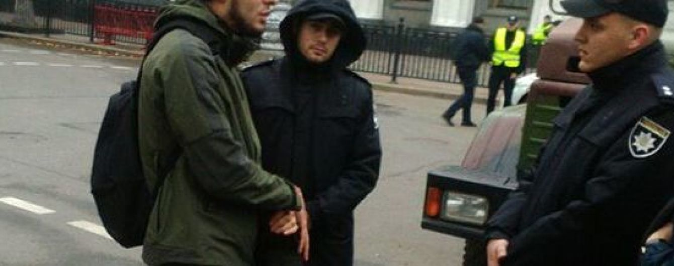 Полиция установила личность мужчины, который направлялся к Раде с оптической винтовкой