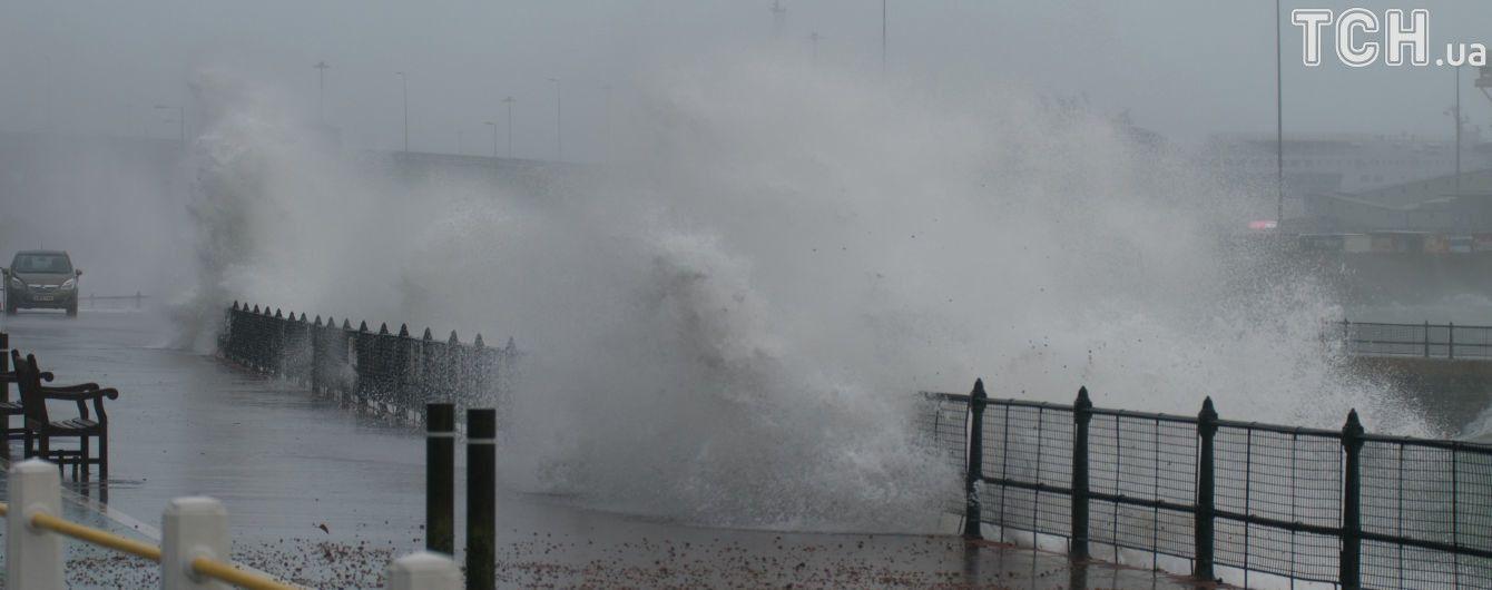 Ветер сносит грузовики. Европу накрыл мощный шторм