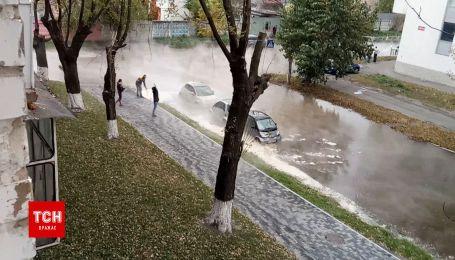 В Киеве кипяток, который напором бил из-под земли, затопил несколько припаркованных авто