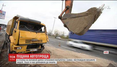 В Киеве столкнулись маршрутка и КамАЗ, есть пострадавшие