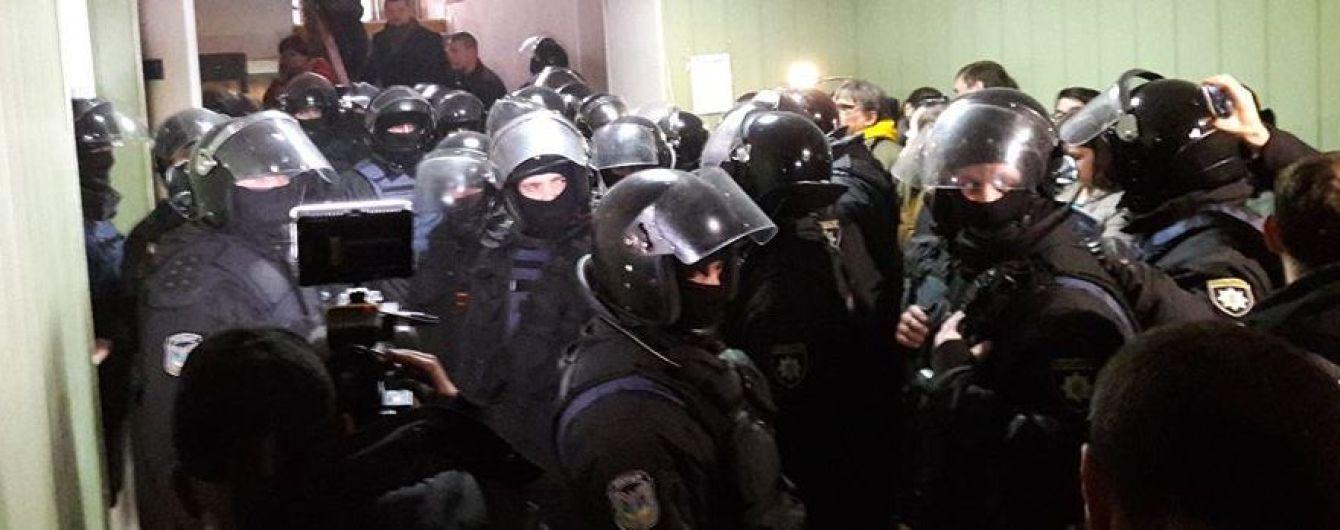 Силовики в Святошинском суде ударили и задержали журналиста. Активистов в крови завели в автозак
