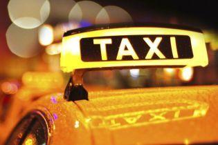 На кордоні з Росією чоловік зачинився у таксі та погрожував підірвати авто