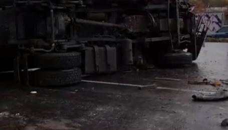"""Під Києвом унаслідок ДТП перекинулася автоцистерна з аміаком: """"хімічна"""" аварія спричинила затори"""