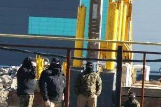 Штовхали військових і вирубували дерева: у Міноборони наголошують на рейдерському захопленні частини в Одесі