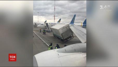 """В аэропорту """"Борисполь"""" грузовик столкнулся с самолетом"""