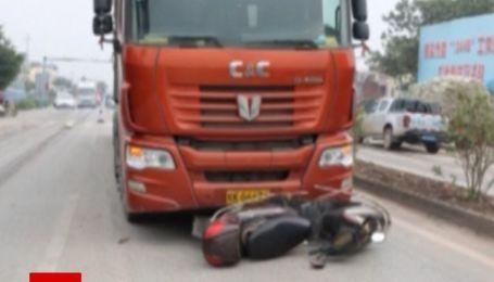 Дивом вижив: у Китаї чоловік потрапив під колеса вантажівки