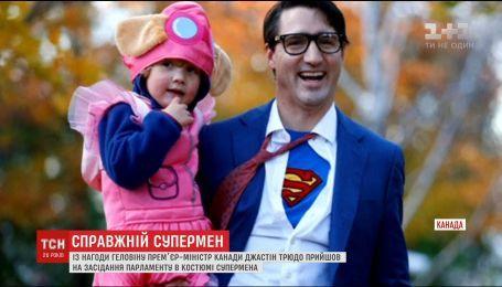 Канадский премьер встретил Хеллоуин в образе легенды комиксов - журналиста Кларка Кента