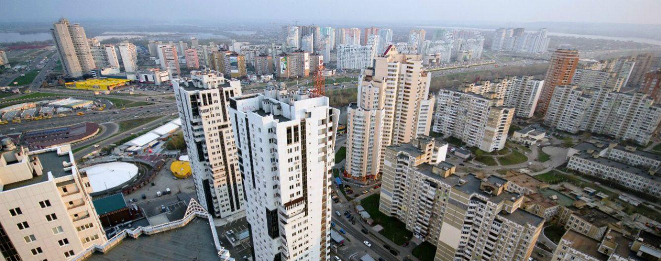 В России пьяный мужчина погиб, спускаясь с 10 этажа на простынях