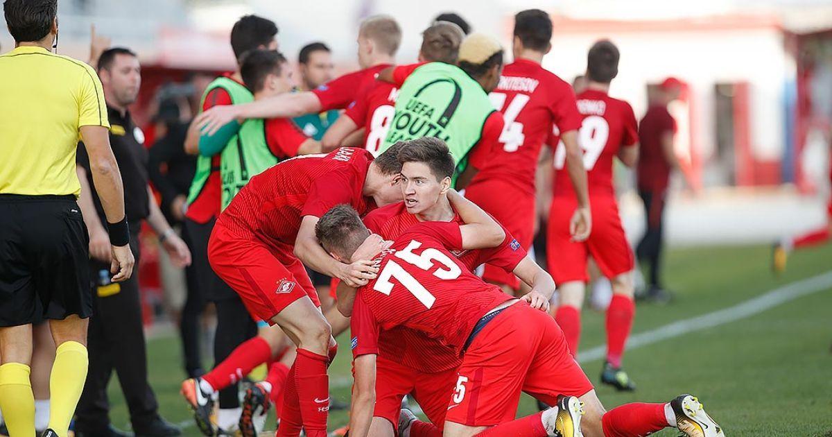 Когда симуляция - не твое: футболисты российского клуба одновременно упали на газон, корчась от боли