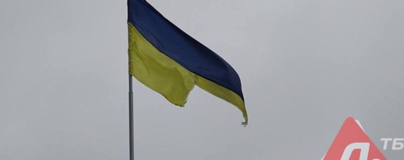 На Донетчине парень вскарабкался на 9-метровый флагшток и порезал флаг Украины
