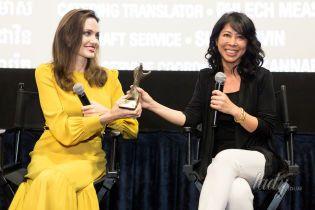 В горчичном платье и с ярким макияжем: Анджелина Джоли на кинофестивале в Лос-Анджелесе