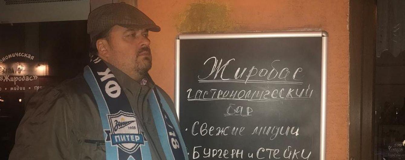 Російський коментатор Уткін зламав стілець у прямому ефірі і впав догори ногами
