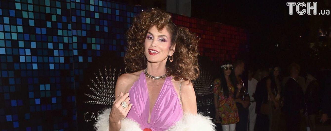 51-летняя Синди Кроуфорд в роскошных платьях украсила сразу две обложки глянца