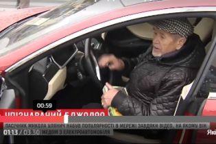 """Мережу підірвало відео із 82-річним дідусем у Києві, який продає мед із багажника """"Tesla"""""""