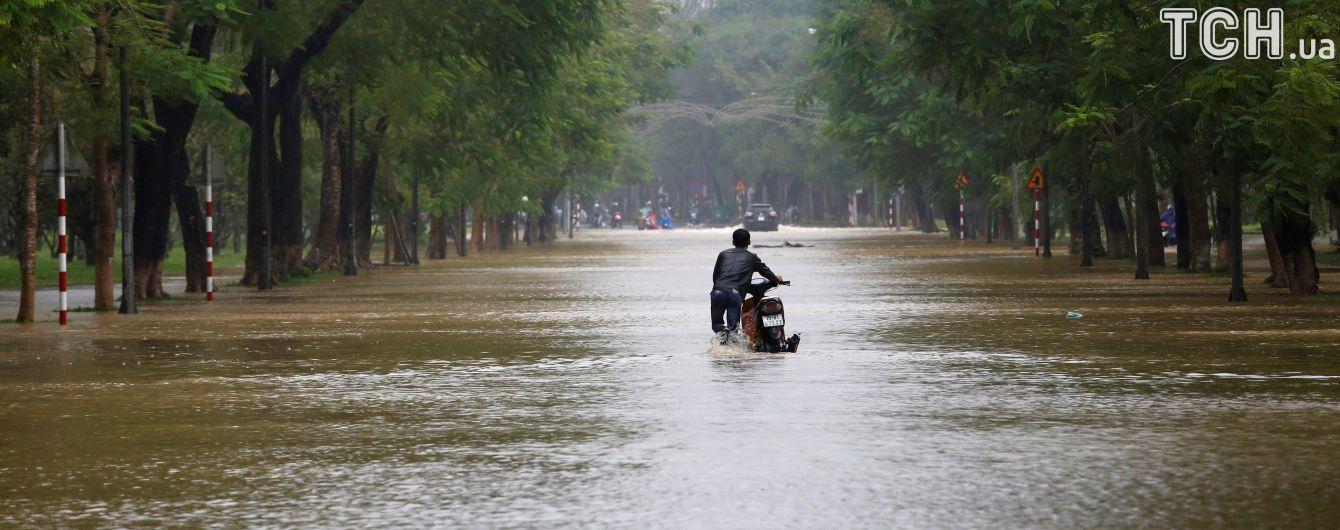 Вьетнам атаковал мощный тайфун, почти 30 человек погибли