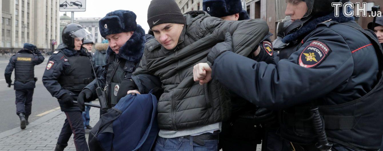Понад сотню затриманих на акціях протесту у РФ провели ніч у відділках поліції