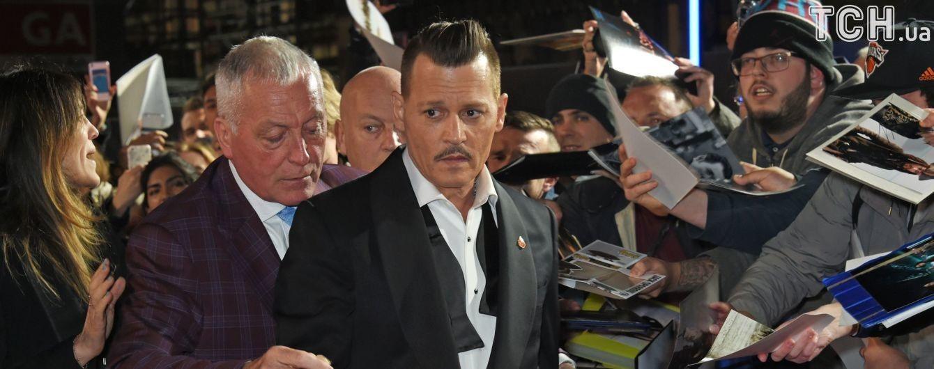 Ассистент едва удержал на ногах пьяного Джонни Деппа на красной дорожке – СМИ
