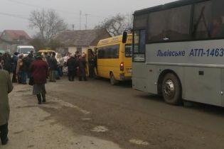 Селяне заблокировали дорогу между Львовом и Дрогобычем