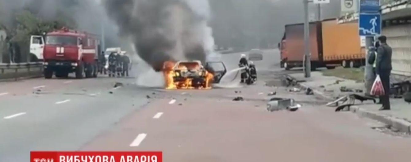 У Києві авто влетіло у стовп на зупинці і спалахнуло