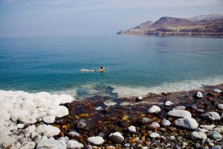 Мертве море в Йорданії має особливий склад та оточене лікувальними гарячими джерелами