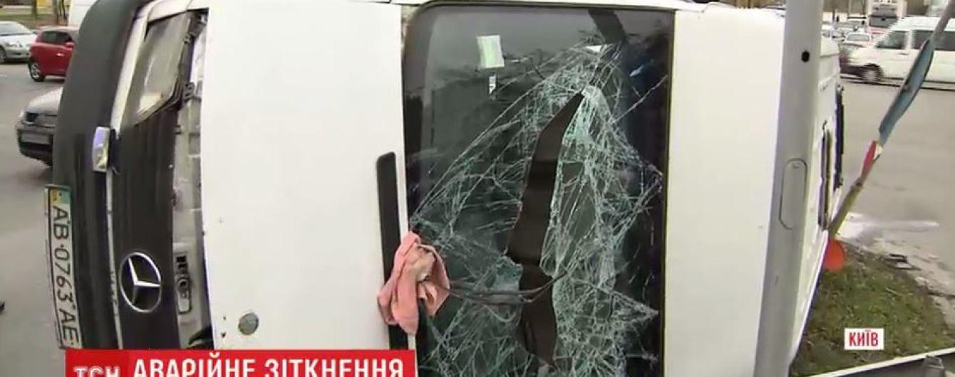 В Киеве микроавтобус опрокинулся на бок после столкновения с легковушкой