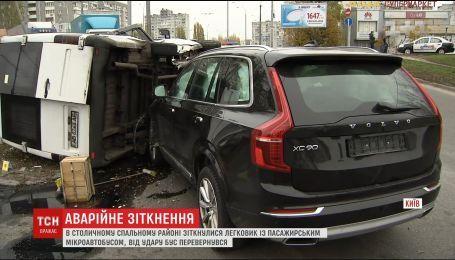 У столиці автомобіль врізався у мікроавтобус із пасажирами
