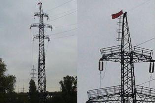 """У Дніпрі невідомі """"перелякали"""" місто прапором СРСР та муляжем вибухівки"""