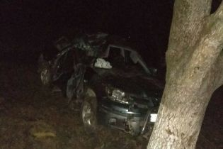 На Закарпатті позашляховик в`їхав у дерево: загинуло три юнаки та ще двоє у тяжкому стані