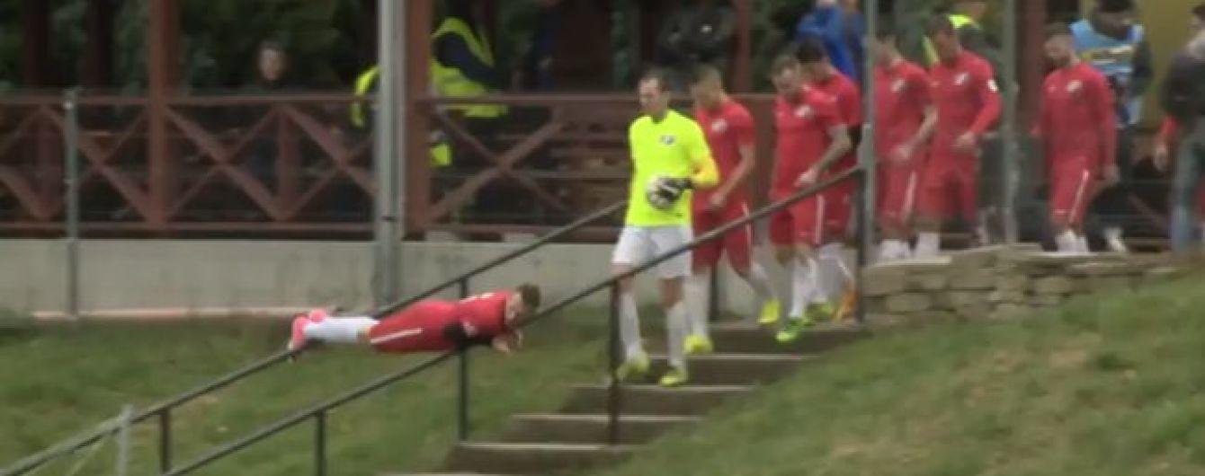 Фантазия зашкаливает: венгерский футболист эффектно появился на поле перед началом игры