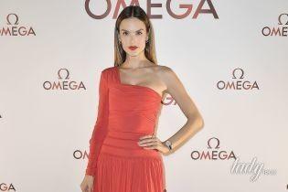 В красном платье и с идеальным макияжем: Алессандра Амбросио на мероприятии часового бренда
