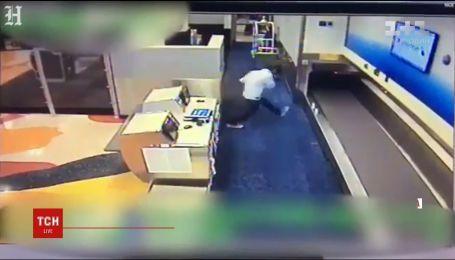 В Майами мужчина пытался попасть на борт самолета через конвейер для багажа