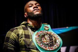Американский боксер эффектно нокаутировал маскота в прямом эфире