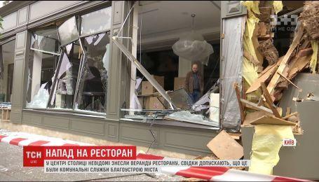 У центрі столиці невідомі зруйнували літню терасу ресторану