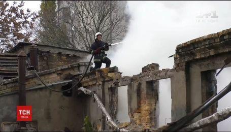 В Одессе огонь охватил полтысячи квадратных метров одного из кондитерских предприятий