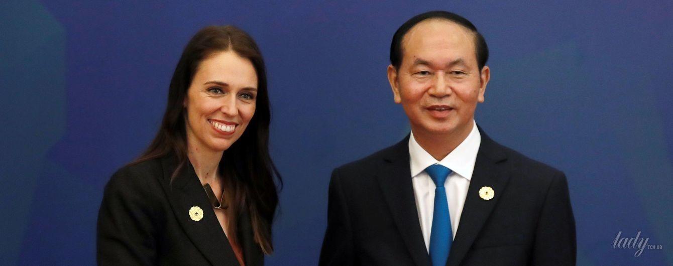 В терракотовом платье и с экстравагантным ожерельем: премьер-министр Новой Зеландии на саммите во Вьетнаме