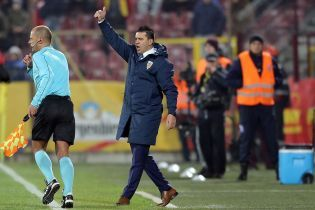 Тренеру збірної Румунії подарували пляшку алкоголю на прес-конференції, він залишився у захваті