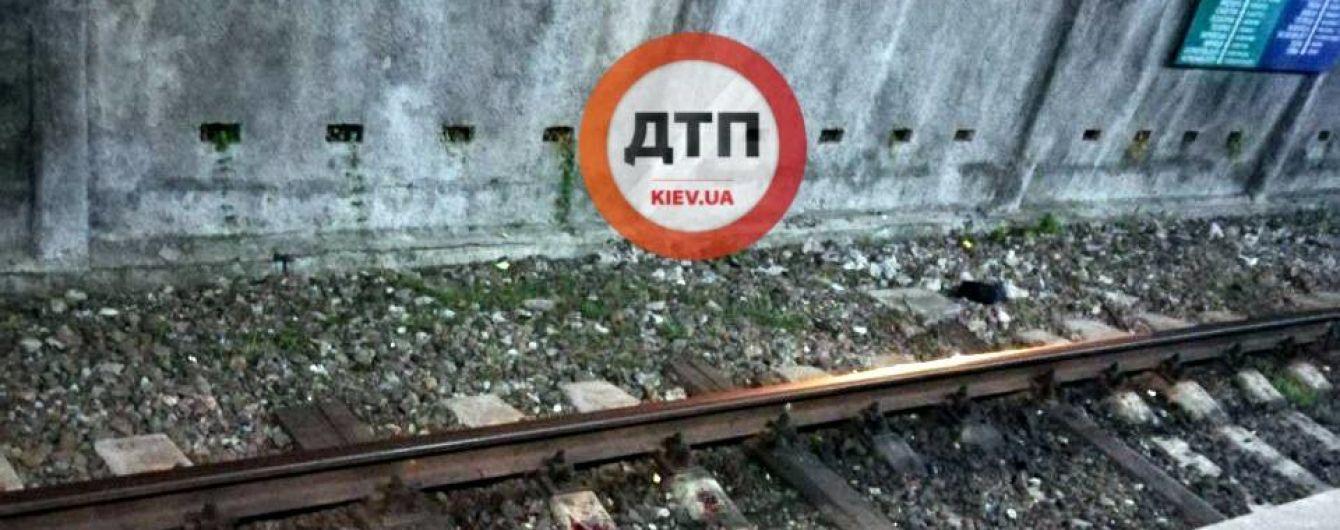 У Києві під поїзд метро стрибнув чоловік