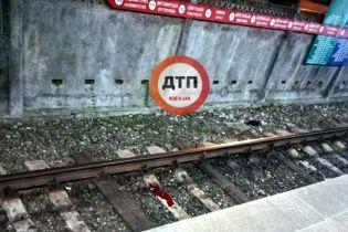 В Киеве под поезд метро прыгнул мужчина