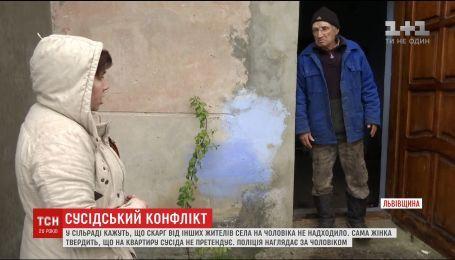 На Львовщине многодетная мама обвиняет своего пожилого соседа в эксгибиционизме