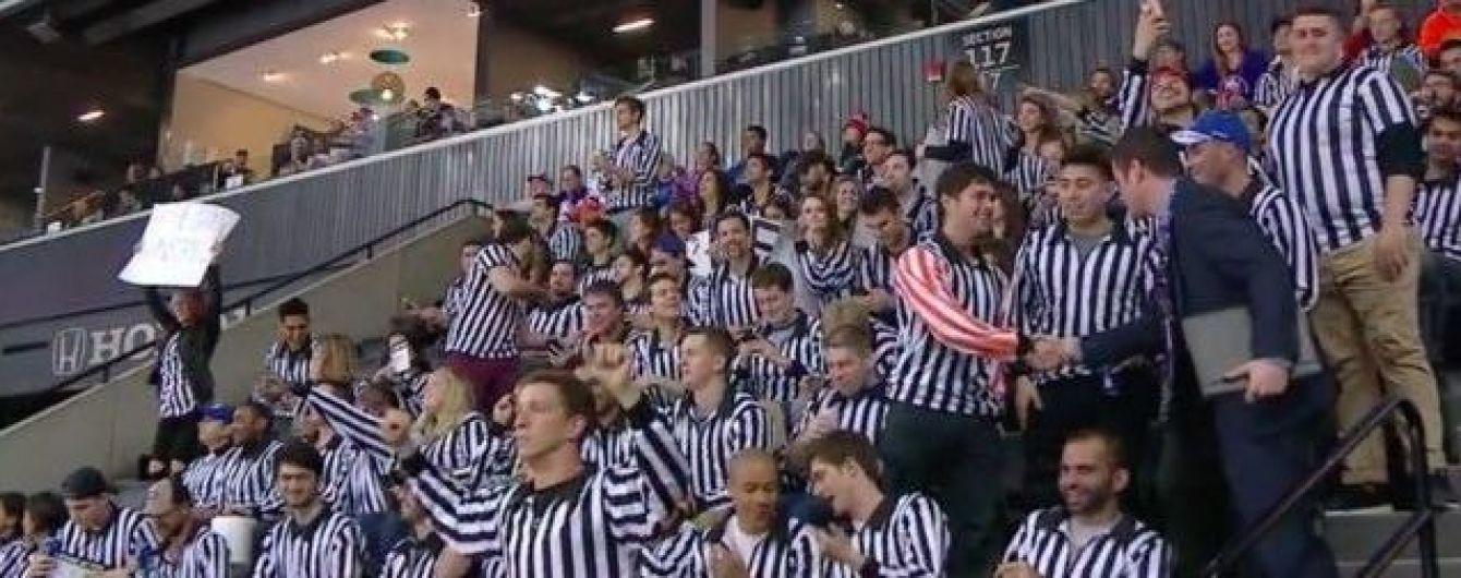 Фанати хокейного клубу під час матчу здійснили досить незвичайний перфоманс