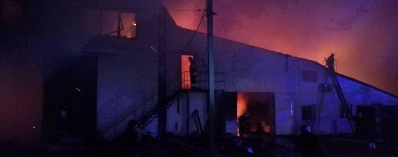 На Киевщине ночью масштабно горел цех по производству пеллетов