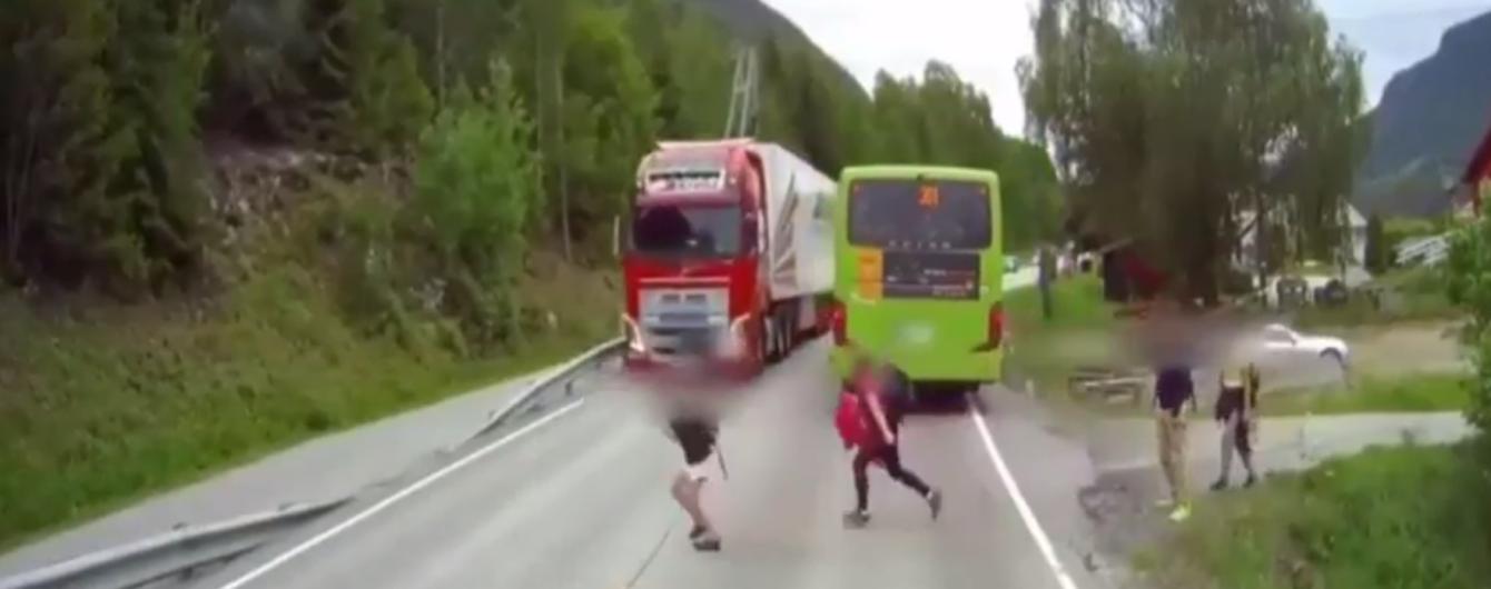Момент, от которого замирает сердце: в Норвегии камера сняла, как грузовик чуть не сбил школьника