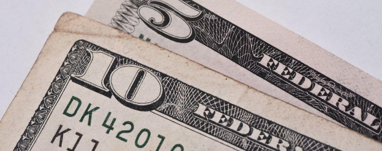 Падіння триває. Долар і євро перед вихідними знову здешевшали в курсах валют Нацбанку